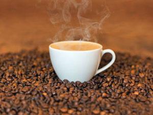 Чашка с кофе на кофейных зернах