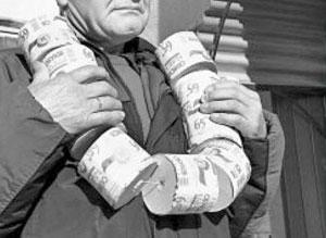 человек с рулонами туалетной бумаги